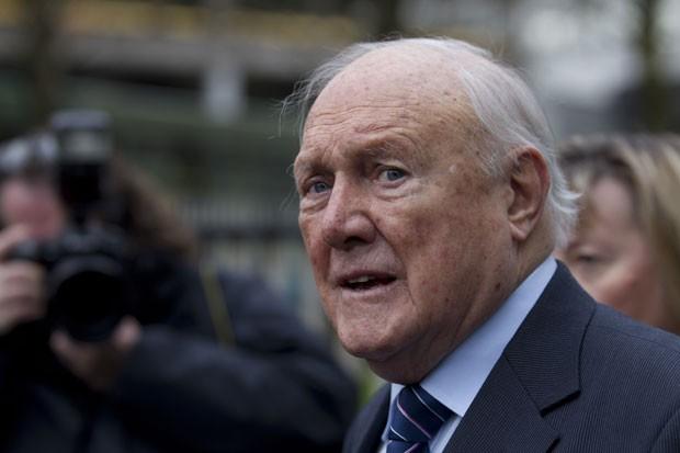 Stuart Hallm, de 83 anos, cometeu os crimes sexuais entre 1967 e 1985 (Foto: Jon Super/AP)