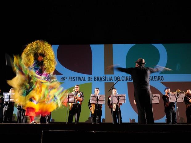 A Orquestra Popular Marafreboi, que abriu a cerimônia de premiação do 49º Festival de Brasília do Cinema Brasileiro (Foto: Pedro Ventura/Agência Brasília)