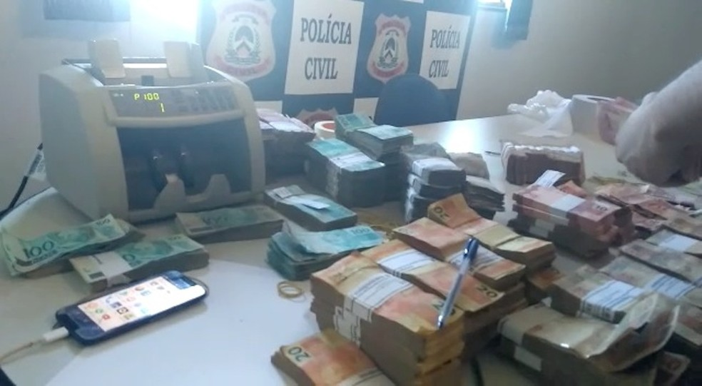 Assaltantes abandonaram o caminhão com pacotes de dinheiro e fugiram (Foto: Cláudio Gomes/TV Anhanguera)