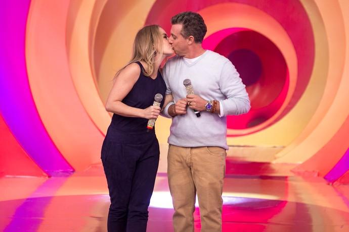 Angélica beija Luciano Huck no palco do 'Esquenta!' (Foto: Isabella Pinheiro / Gshow)