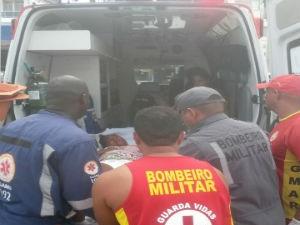 Mãe e filho foram levados por ambulância do Samu para Maternidade Tsylla Baldino (Foto: Divulgação / Bombeiros)