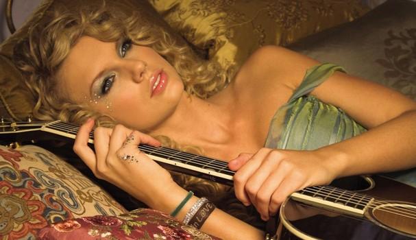 "Taylor Swift em ""Tear drops on my guitar"" (Foto: Reprodução)"