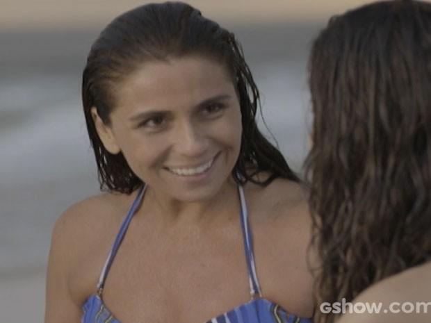Clara na praia com Marina (Foto: Em Família/TV Globo)
