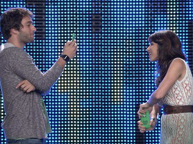 Davi e Manu se filmam para o desafio 8: Recado para um jogador (Foto: Parker TV)