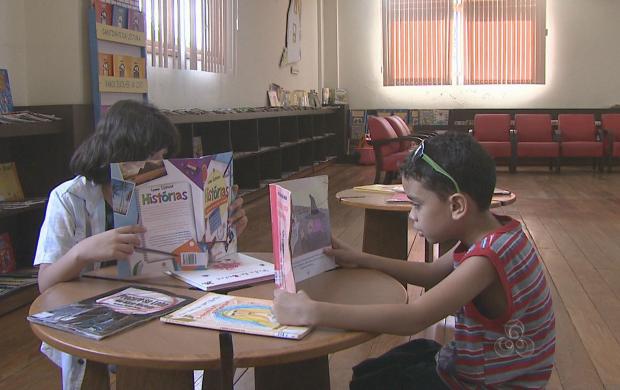 Crianças se divertem com a leitura e contação de histórias na Biblioteca Pública (Foto: Reprodução TV Acre)