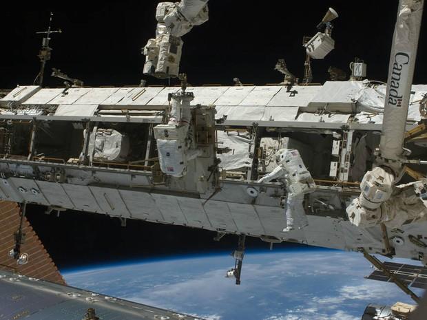 Foto de arquivo mostra astronautas manipulando o carrinho externo da estação, em 2009 (Foto: Nasa)