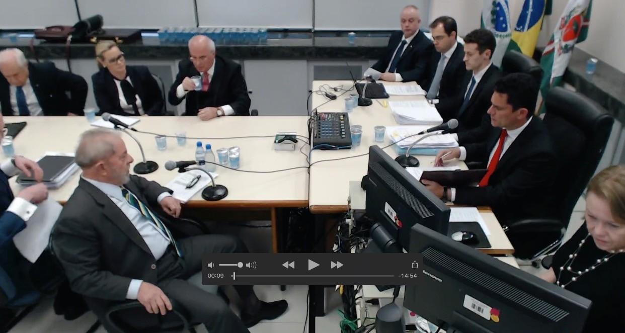 Outro ângulo do depoimento que Lula prestou ao juiz Sérgio Moro e a procuradores (Foto: Reprodução )
