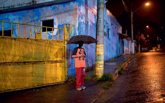 O paulistano Pedro horas depois de ser resgatado pela policia do cativeiro do PCC (Foto: Emiliano Capozoli/ÉPOCA)