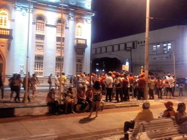 Manifestantes encerram ato na praça Olímpio Campos em Aracaju (Foto: Flávio Antunes/G1)