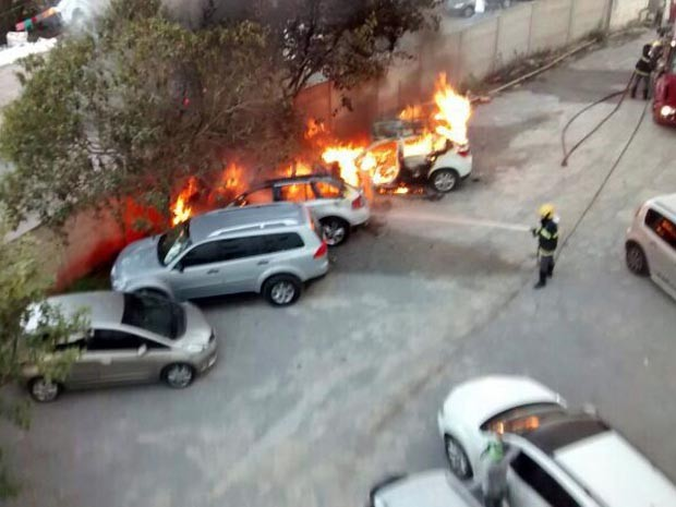 fogo incêndio carros hospital Divinópolis MG (Foto: Thiago Amaral/Arquivo pessoal)