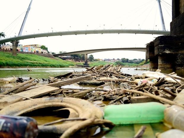 Em dois dias, prefeitura removeu três toneladas de lixo do Rio Acre e 200 pneus (Foto: Assis Lima/Ascom Prefeitura de Rio Branco)