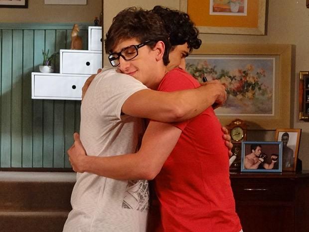 Os novos amigos se abraçam (Foto: Guerra dos Sexos / TV Globo)