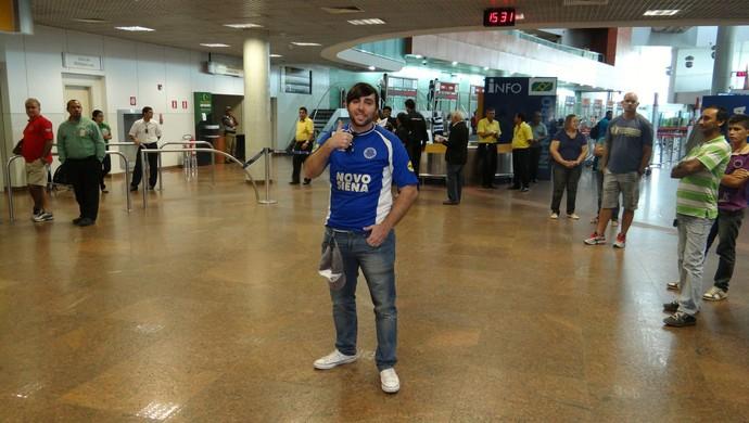 Torcedor do Cruzeiro, Nicolas Moreira foi recepcionar o time do coração (Foto: Denison Roma / GloboEsporte.com)