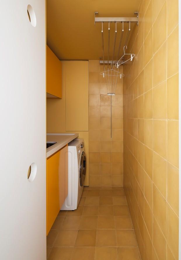 Lavanderia. Ladrilho hidráulico amarelo dá energia e se alia ao tom dos armários da Securit (Foto: Maíra Acayaba / Editora Globo)