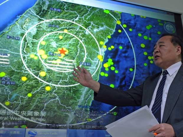Kuo Kai-wen, diretor do Instituto Sismológico Nacional, mostra em um mapa região de Taiwan atingida por terremoto. (Foto: Sam Yeh / AFP Photo)