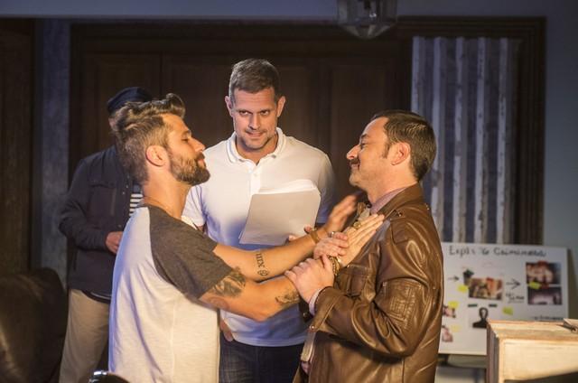 Bruno Gagliasso e Emilio Orciollo Netto são dirigidos por Leonardo Nogueira numa cena de 'Sol nascente' (Foto: Globo/ Mauricio Fidalgo)