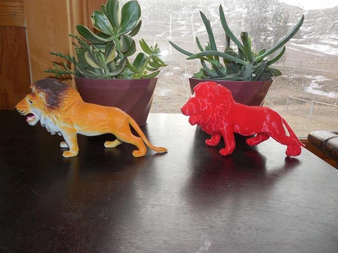 À direita, um exemplo de objeto impresso a partir do escaneamento do original, realizado com o Cowtech Ciclop (Foto: Divulgação/Cowtech)