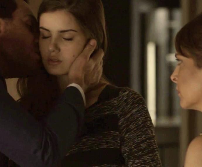 Alex consola Angel na frente de Carolina e dona de casa observa atenta (Foto: TV Globo)