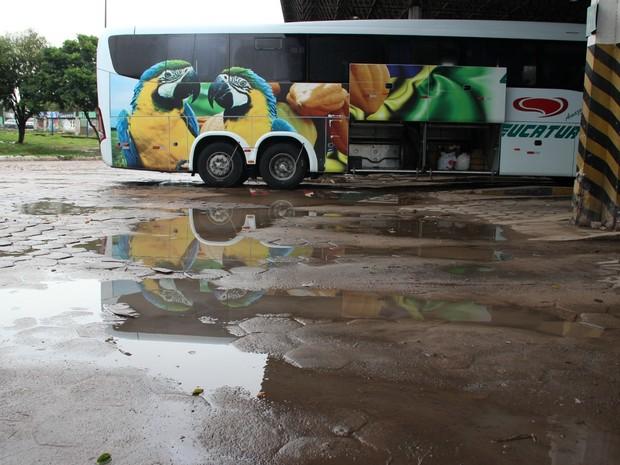 Segundo cobradora de ônibus, coletivos também sofrem os efeitos do descaso na Rodoviária (Foto: Jamila Alves/G1)