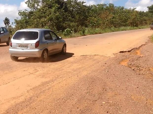 Carros que seguem em direção a Pitangui deixam trecho de terra e seguem por asfalto na MG-423 (Foto: Ricardo Welbert/G1)