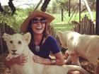 Carol Nakamura posa com filhotes de leões na África do Sul