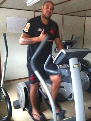 Adriano faz fisioterapia no Ninho do Urubu (Foto: Twitter / Oficial Adriano)