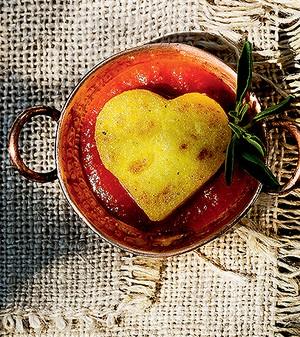 Polenta com chèvre boursin e molho de tomate com manjericão (Foto: Rogério Voltan/Editora Globo)