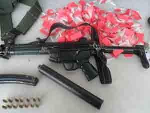 Metralhadora, pistola e drogas foram apreendidas durante operação na Favela de Antares (Foto: Divulgação/Polícia Militar)