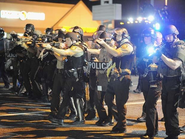 Policiais apontam armas a manifestantes que protestavam na noite desta segunda-feira (19) em Ferguson (Foto: AFP PHOTO / Michael B. Thomas)