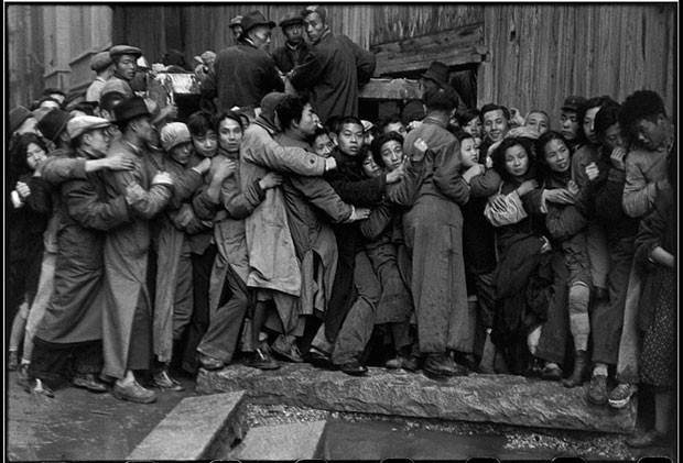 'Foule attendant devant un banque'. Fila de clientes de banco em Xangai, na China pré-revolução (1948) (Foto: © Henri Cartier-Bresson / Magnum Photos, cortesia Fondation Henri Cartier-Bresson)
