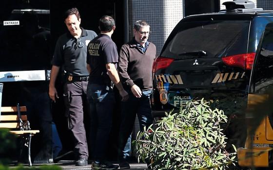 Rodrigo Rocha Loures sai do prédio da Polícia Federal em Brasília em junho de 2017.A PF o identifica como interlocutor do Planalto em negociações com as empresas para o decreto portuário (Foto:   Igo Estrela/Folhapress)