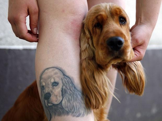 Mulher exibe tatuagem de seu cão de estimação que fez na perna durante um evento canino em maio deste ano em Budapeste, na Hungria (Foto: Laszlo Balogh/Reuters)