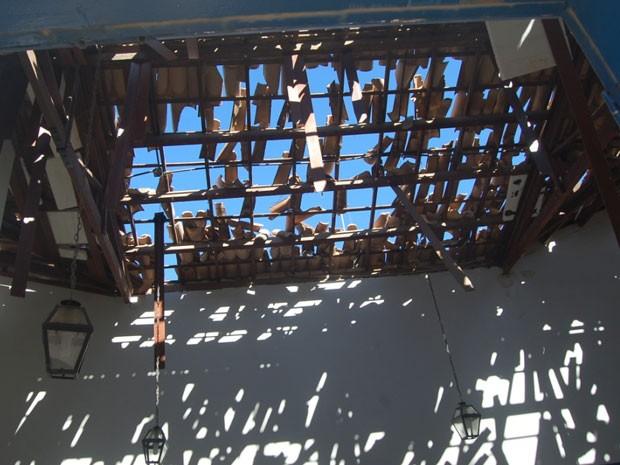 Telhado da agência bancária também foi afetado pelo explosão (Foto: Sayonara Trindade / VC no G1)
