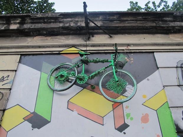 Bicicleta chama a atenção em poste do Jardim Botânico (Foto: Perla Rodrigues/G1)