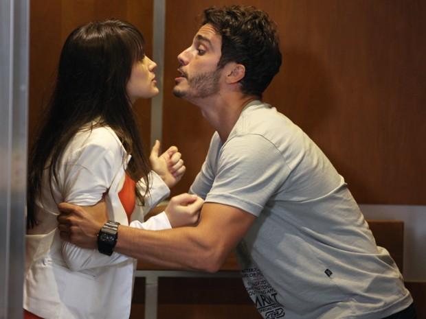Zenon prende Carolina no elevador para perguntar sobre confusão com a grana de Ulisses (Foto: Guerra dos Sexos/TV Globo)