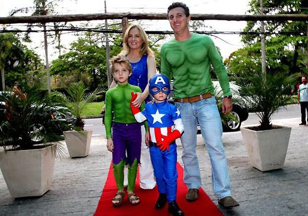 A família se vestiu de super heróis para a festa de 5 anos de Benício (Foto: AgNews)