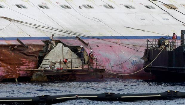 Rocha é retirada do casco do Costa Concordia nesta quinta-feira (12) (Foto: Reuters)
