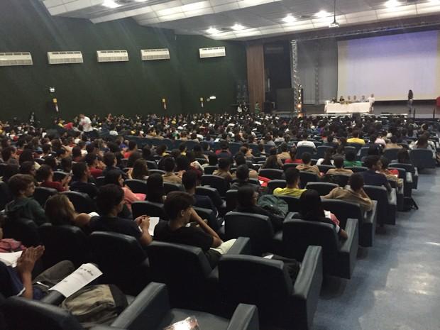Alunos de escolas públicas e do Colégio Militar participam de aulão (Foto: Jéssica Nascimento / G1)