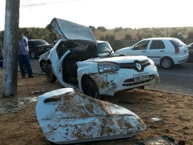 Carro ficou partido ao meio com o impacto da batida (Foto: Marksuel Figueredo/Inter TV Cabugi)