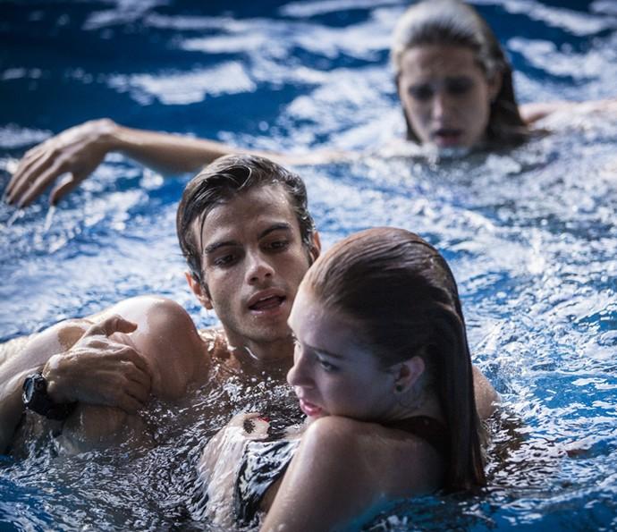 Fabinho aparece para salvar Eliza (Foto: Inácio Moraes/Gshow)