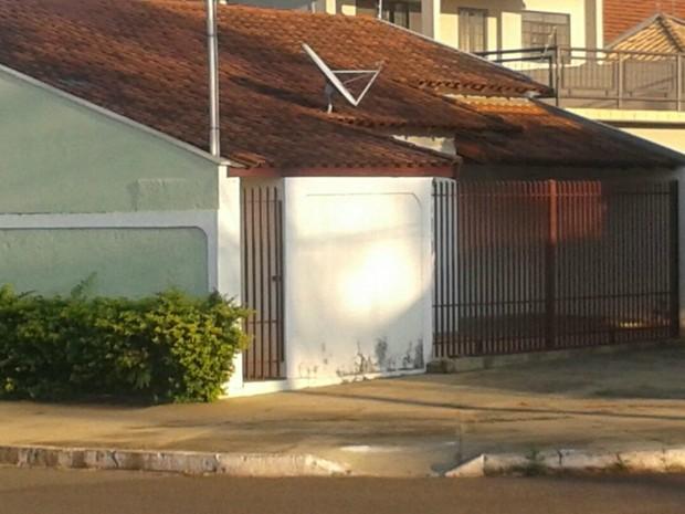 Policiais federais cumprem mandado em casa do bairro Portinho Pache, em Campo Grande (Foto: Osvaldo Nóbrega/ TV Morena)