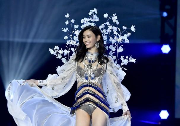 A modelo Ming Xi tropeçou no próprio look  (Foto: Getty Images)