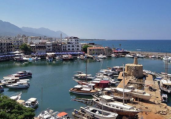 O antigo porto Girne – Kyrenia em grego – no Chipre do Norte, visto desde o forte bizantino (Foto: © Guilherme Canever)