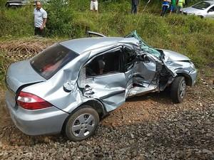 Carro ficou parcialmente destruído após acidente (Foto: PM/Divulgação)