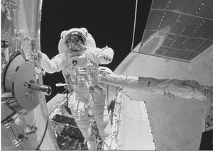 Astronauta no espaço. (Foto: Reprodução/ENEM)