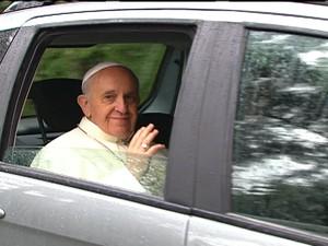 Papa Francisco deixa a residência no Sumaré e segue de carro para a Catedral Metropolitana do Rio (Foto: Reprodução GloboNews)