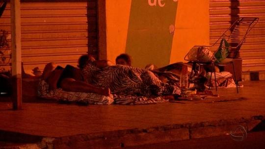 Pacientes dormem em frente a posto de saúde em Cuiabá para pegar senha