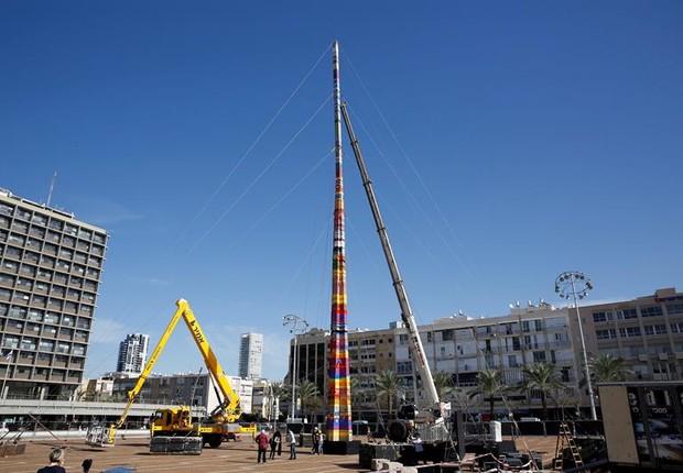 Torre de 36 metros de altura foi construída apenas com peças de Lego (Foto: EFE)