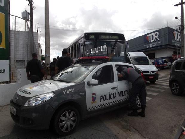 Ônibus foi alvo do adolescente ao passar pela avenida Bernardo Vieira, em Natal (Foto: Fernanda Zauli/G1)