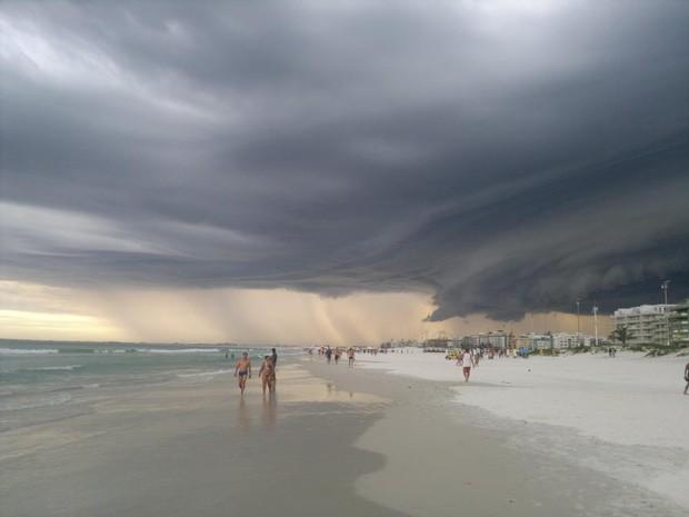 Nuvem assustou pessoas que frequentavam a Praia do Forte, Cabo Frio (Foto: Bruno Pedroso)